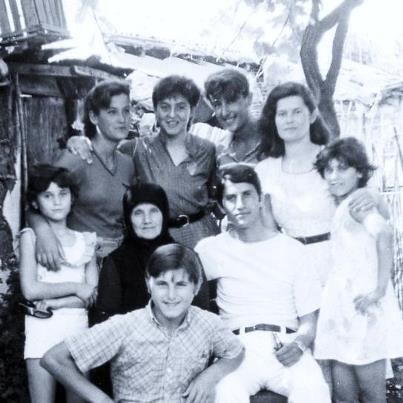 Nënë Sava me nipat dhe mbesat Savër 1988