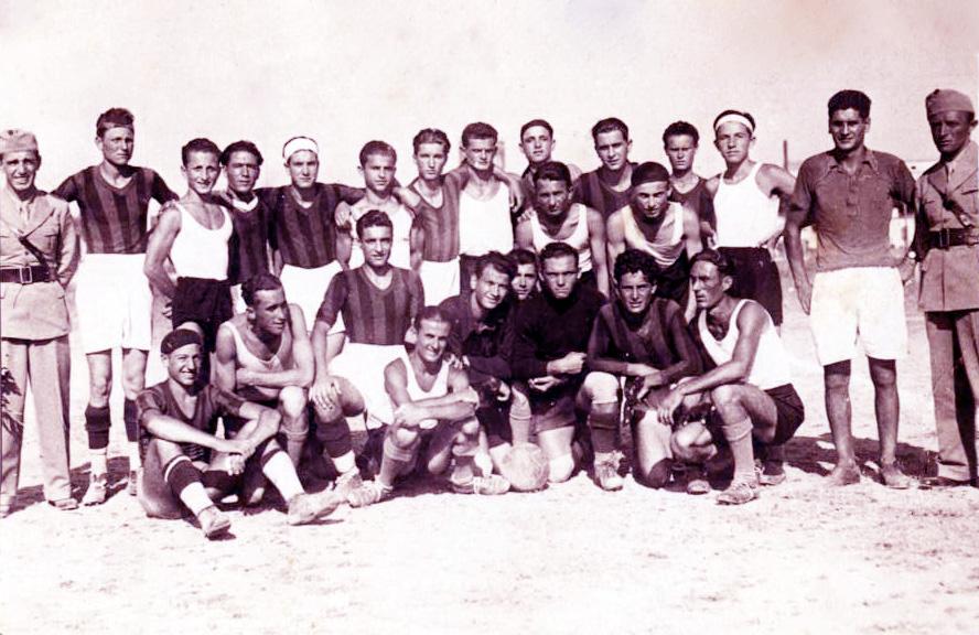 Studentë shqiptarë në nji ndeshje futbolli 1937