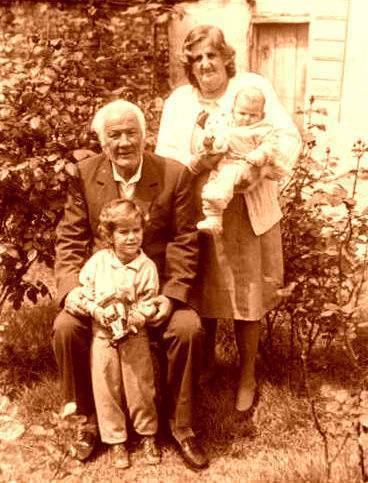 Lazër dhe Vitore Radi me nipat, Tiranë 1991