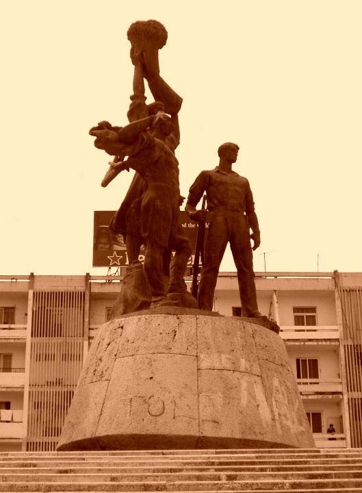 Toka jonë - Monument në Lushnje