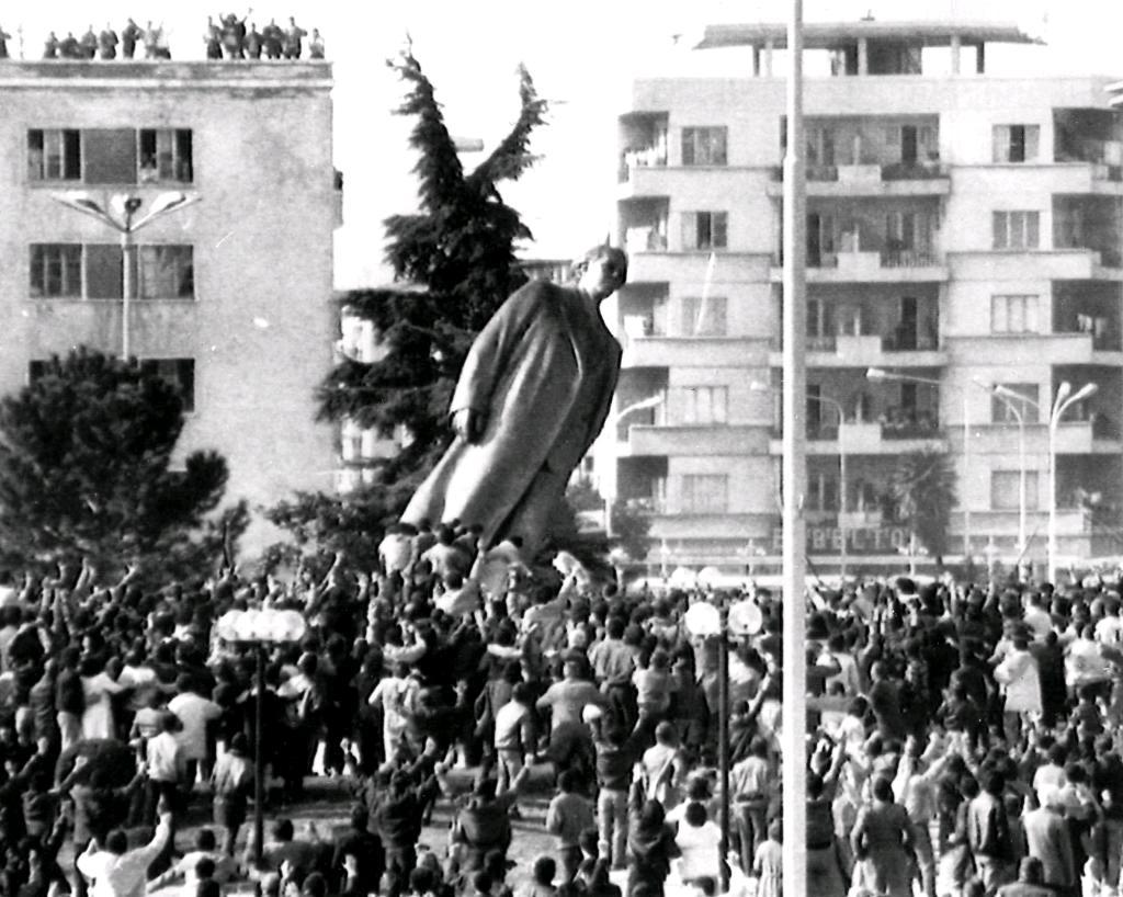Rrëzimi i Diktatorit Hoxha - 20 shkurt 1991