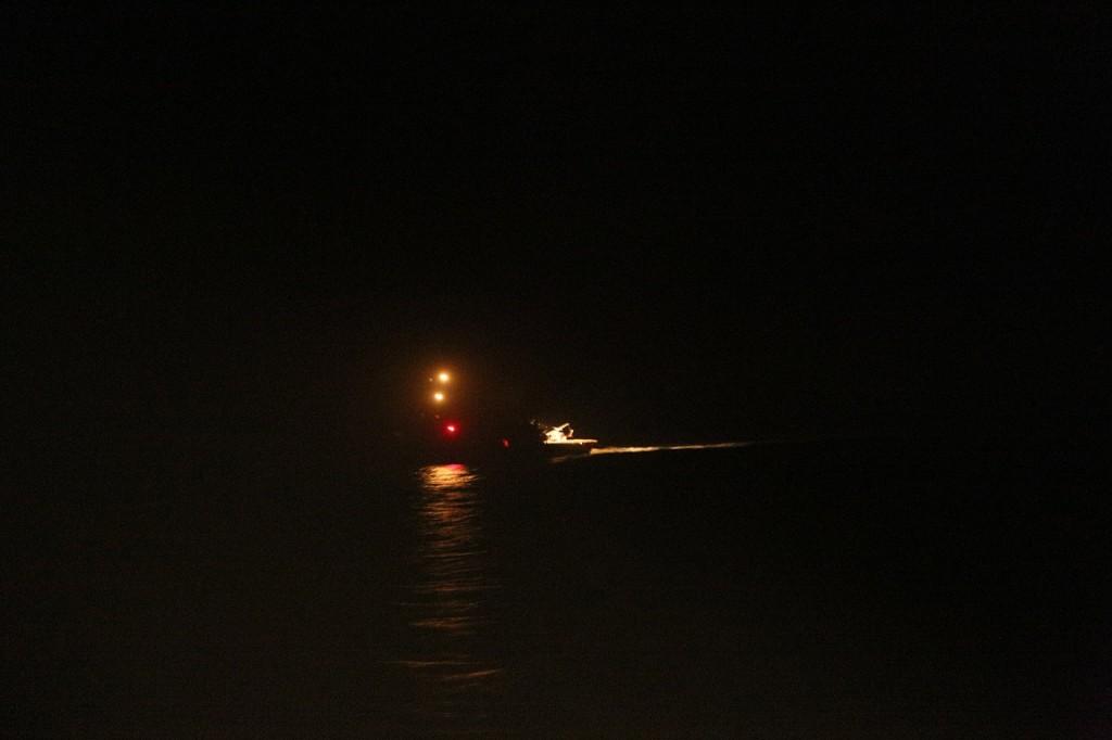 Barkë e ndriçuar nga mjetet e Marinës Militare Italiane