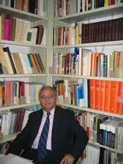Prof. Quku në bibliotekën e tij