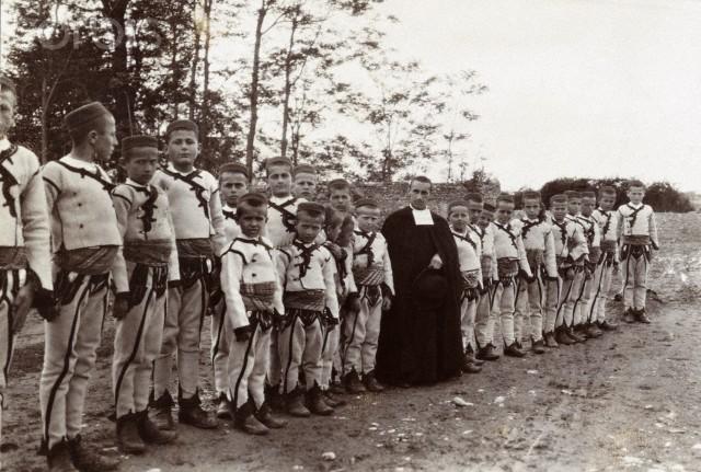 Fëmijë me veshje shkolle - Shkodër (Corbis)