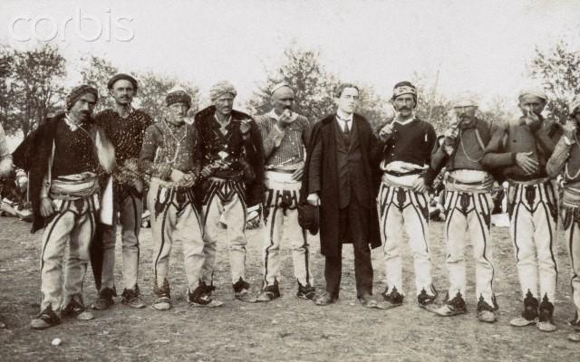Grup kryengritsish shqiptar kunder turqve... ne mes Theron J. Damon (Corbis)