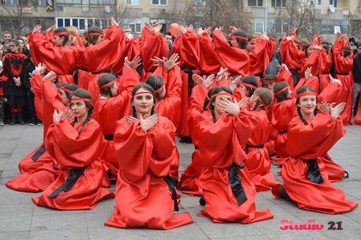 Dita e bukur e Festës sonë Kombëtare, vajzat veshun Kuq e Zi...