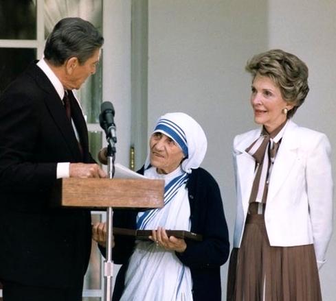 Nёnё Tereza duke marrё nga Ronald Regan Medaljen e Paqes