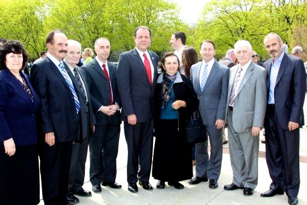 Familja Mernaçaj në nderim të Nick Mernaçaj
