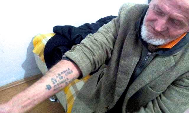 Fazli Deliu me tatuazhin ku ka shënuar ditën kur u burgos