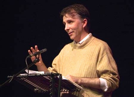 Kevin Higgins gjate nji leximi letrar