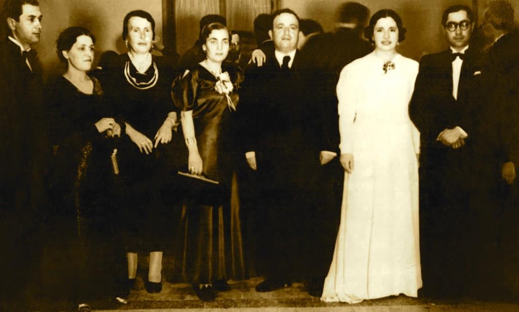 Hebrej të ftuar te Mbreti Zog, djathtas dr. Ilia Matathia, Hrisi Matathia, Haim Batino, Eftiqi Batino (e shoqja) e Matilda Kohen (gjyshja e dr. Zinos)