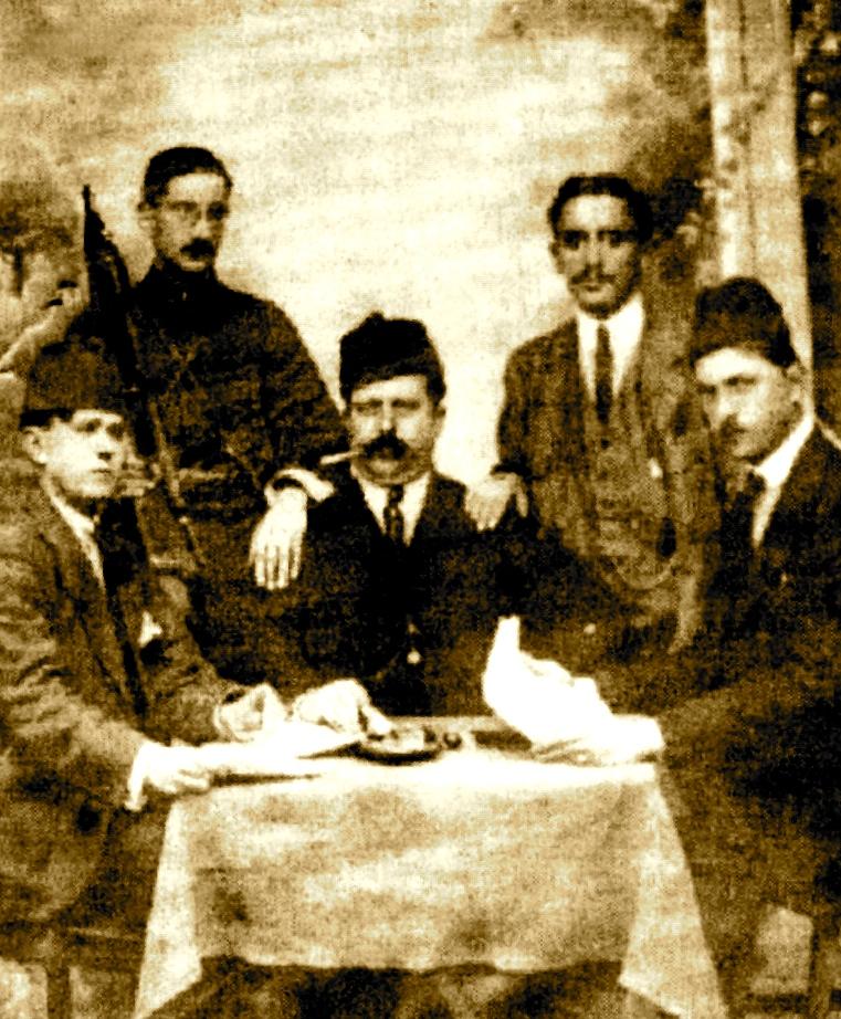 Mateo Matathia, i dyti majtas ne kremtimin e fitores së Luftës së Vlorës 1920