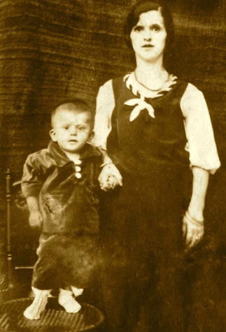 Eqremi i vogël dhe e ëma Nadilja (Tiranë 1938)