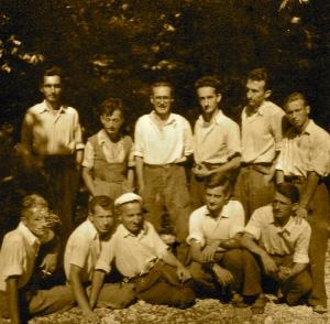 Ded Gjonmarkaj, i pari ulur në Kuç të Kurveleshit të Vlorës 1957, Skënder Qyteza, Nikoll Paluca, Ernest Dosti, Thabit Rusi. Në këmbë Lek Pervizi, Viktor Dosti, Mit'hat Araniti, Valentin Pervizi, Fatbardh Kupi, Tomorr Dine.