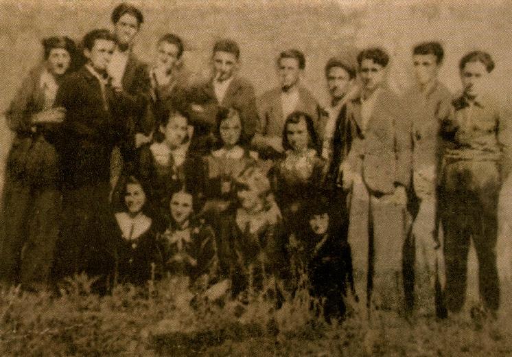 Ali Mena,mes maturantëve të Gjimnazit të Shkodrës (me cigare)