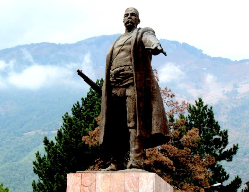Monumenti i Bajram Currit ne Bajramcurr