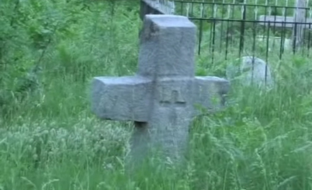 Kryq guri te varri i Sadik Gjergjit në Palç