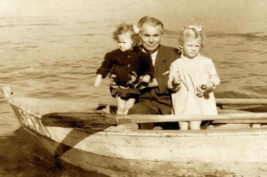 Lasgush Poradeci dhe dy vajzat Kostandina dhe Maria