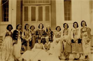 "Vajzat e Institutit ""Nena Mbretereshe"". Nermin Vlora e dyta majtas, ndersa Nexhmie Hoxha ulur, e para djathtas"