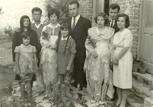 Familja e Et'hem Haxhiademi e shoqja Burbuqe Haxhiademi - Sejdini, katër fëmijët Zymyryt Haxhiademi - Kashari (me dy vajzat), Emini me te shoqen - Myzaferen, Selaudini  Homeri dhe nji kushërirë e tyre - 1969