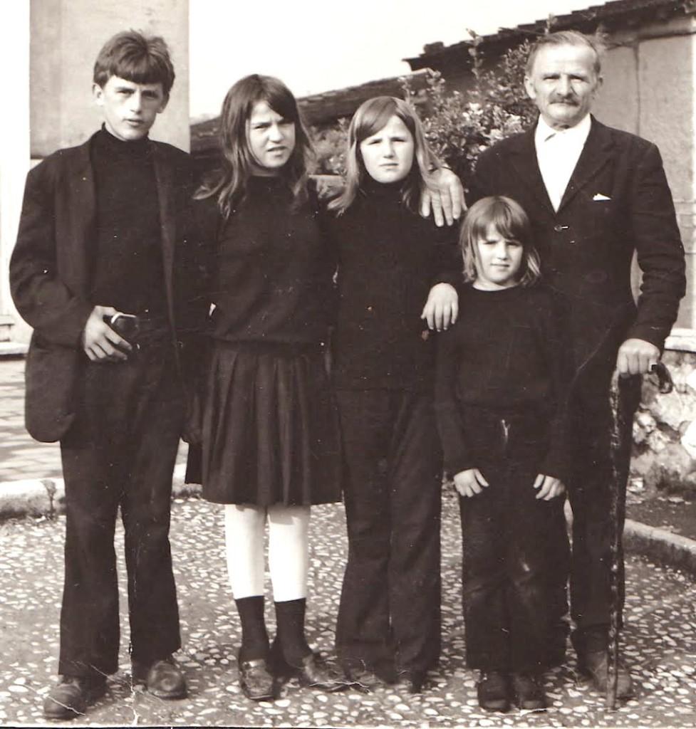 Kolë Miri i Hotit me djalin e tij Nocin dhe tri bijat