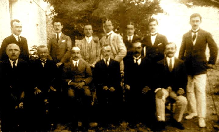 Delegatet e Kongresit Arsimor te Lushnjes ulur: I.D.Sheperi, Dh.Mborja, A.Xhuvani, A.Kondili, N.Paluca, G.Mikeli, lart: Th.Papapano, M.Bellkameni, P.Pogoni, J.Fekeci, I.Anamali, K.Margjini, A.Gashi
