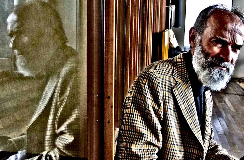 Gezim Hajdari - dhe figura e tij ne xham