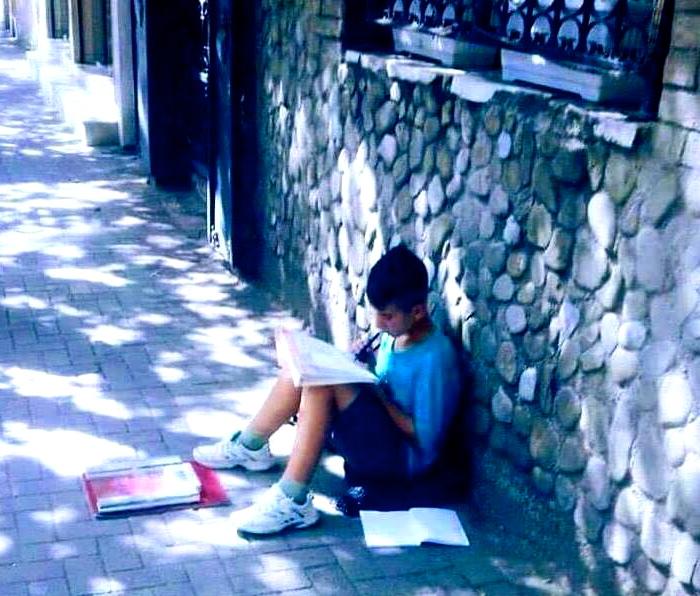 Fëmija që mëson në rrugë...
