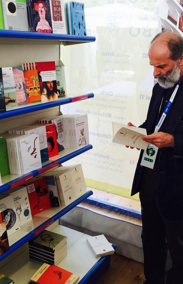 Poeti Hajdari te rafti i botimeve te tij - Mantova 2015