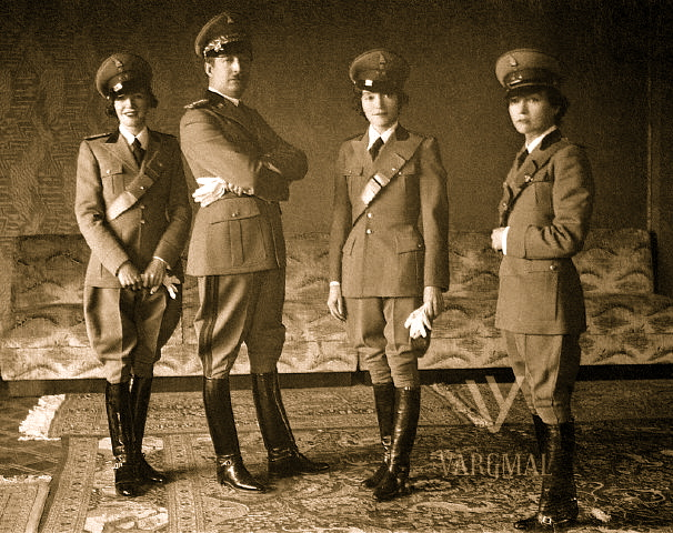 Ahmet Zogu dhe motrat ne divize ushtarake