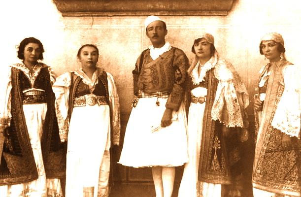 Ahmet Zogu dhe motrat ne kostume popullore