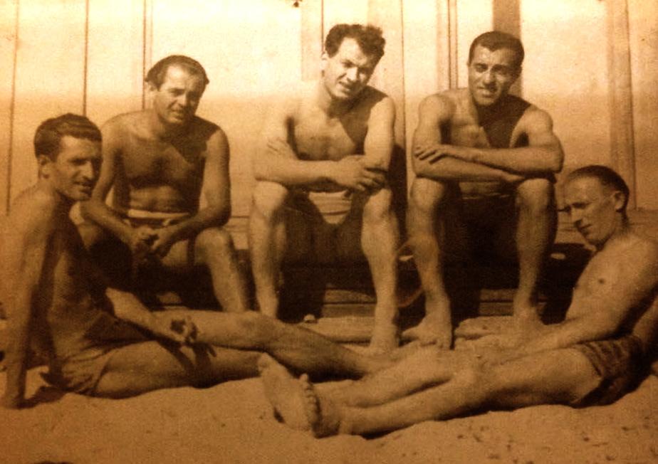 Lazër Radi me shokë në plazh - majtas Gjon Marku nga Novosella e Gjakovës. Durrës 1938