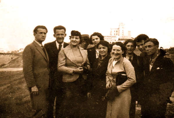 Lazër Radi me disa shokë Durrës 1938, në fund i vellai Anton e Stefa Radi