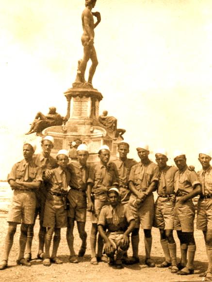 Studentë shqiptarë të statuja e Davidit të Mikelanxhelos - Firenze 1937