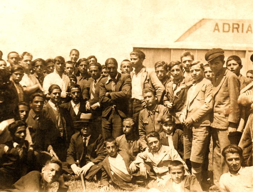 Lazër Radi mes nji grup gjimnazistësh në Fushën e Shtojit - Shkodër 3 qershuer 1933