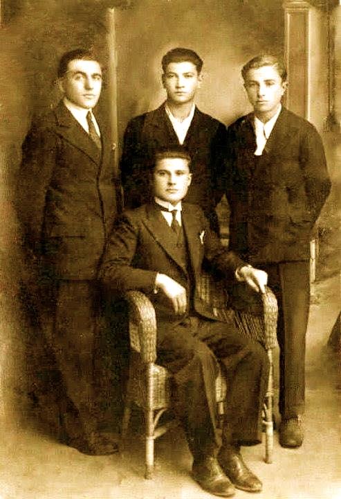 Nji grup shokësh të gimnazit të Shkodrës, Abaz Sali Shehu, Lazër Radi, Mikel Kaçulini dhe……Ditën e Karnevalit të vitit 1935 në Shkodër