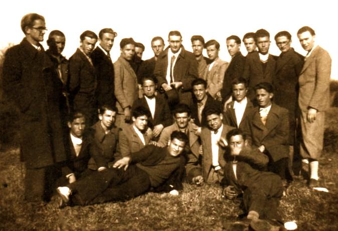 Lazër Radi mes nji grupi shokësh e IV B në Fushë të Shtojit - Shkodër 19 shkurt 1935