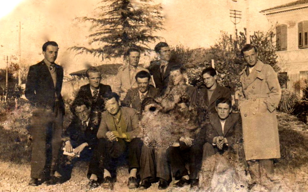Lazër Radi mes nji grup shokësh të gjimnazit Foto Jakova, nga mbas jan emrat dhe firmat e Elez Braha, Koço Ceka, M. Nimani, Murat Paci, Mikel Kaçulini, Koço Nini, e të tjerë që nuk lexohen. Shkodër 1936