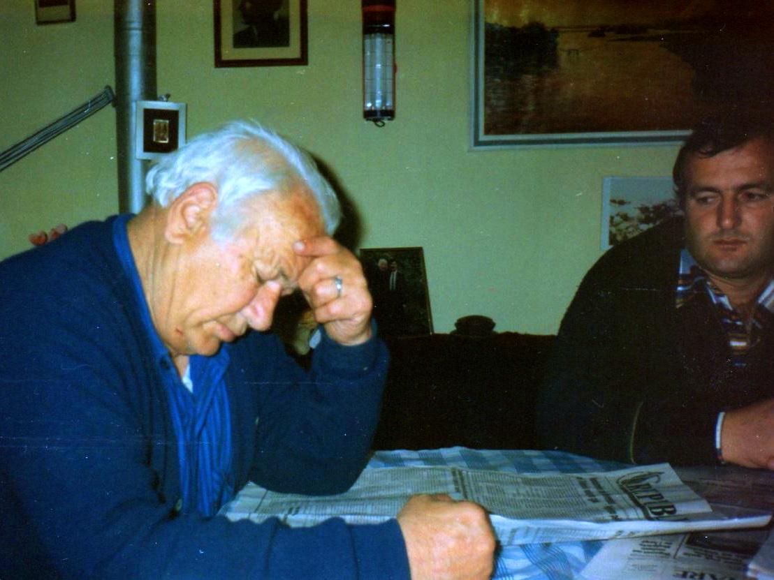 Veç shkrimeve Lazёr Radit s'i shpёtonte asgjё edhe nga shtypi i pёrditshёm... - Nё shtёpi, Tiranё janar 1995