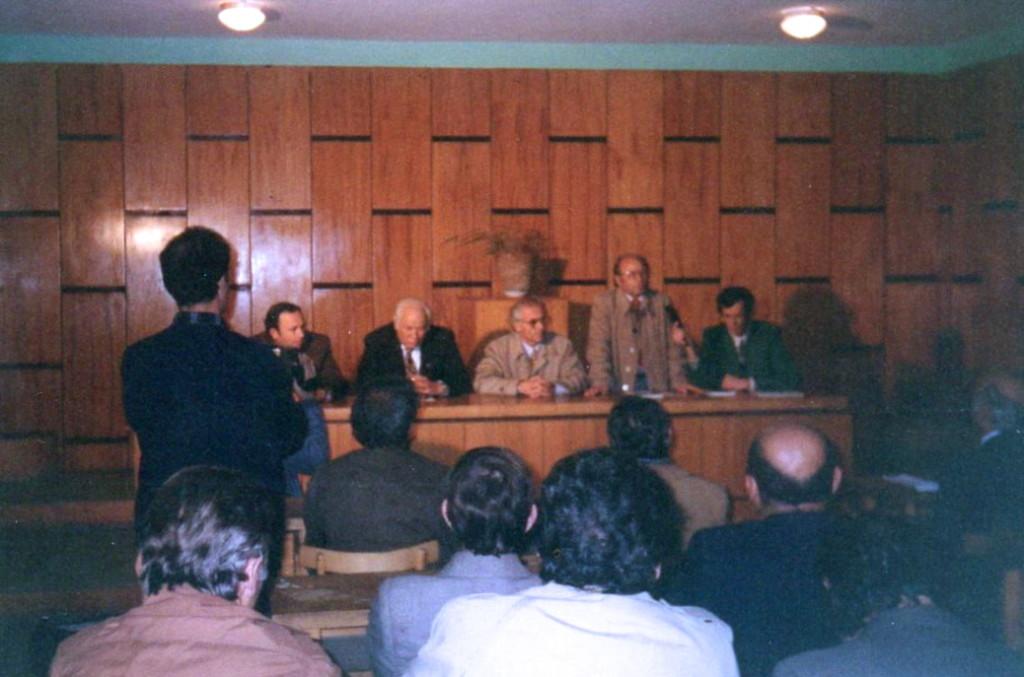 """Takim nё bibliotekёn e Lushnjes - Promovimin e librit """"Muret e Muzgut"""" tё Lazёr e Jozef Radit - Lushnje 10 dhjetor 1993"""