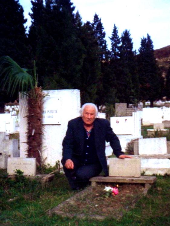 Lazёr Radi te varri i profesorit e bashkёvuajtёsit - Mirash Ivanaj Tiranё, 2 nentor 1992