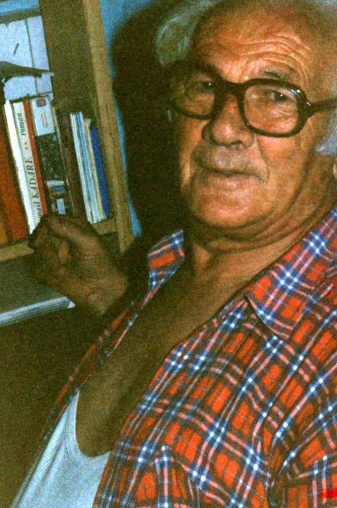 Lazёr Radi nё qoshen e tij te punёs - Tiranё, gusht 1992