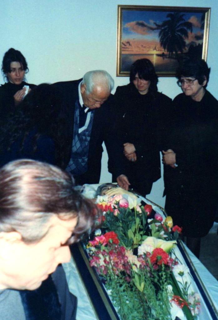 Lazёr Radi nё ceremoninё e humbjes tё sё shoqes Viktoria Radi, Tiranё,  23 mars 1997