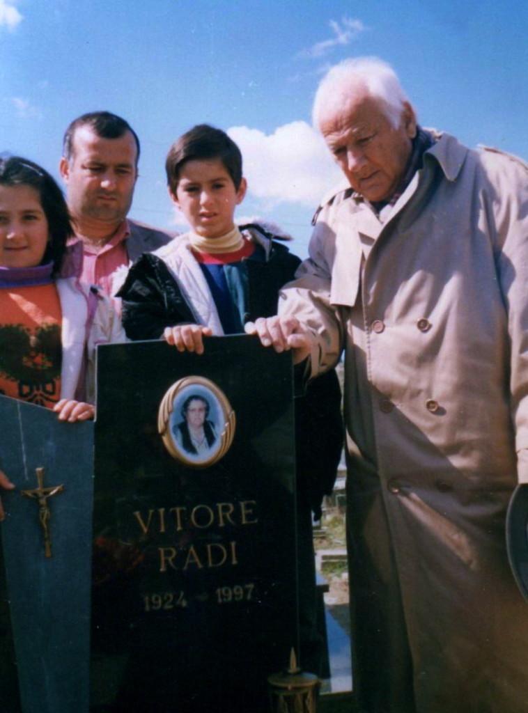 Lazёr Radi nё gjashtёmuajt e vdekjes tё sё shoqes Viktoria Radi, Tiranё  23 shtator 1997