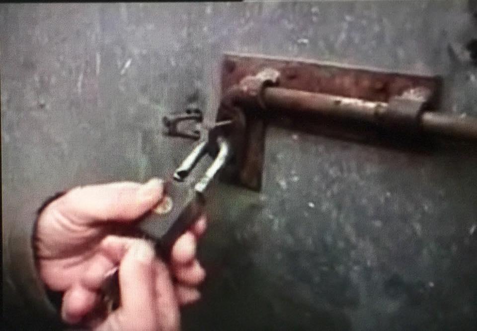 Dera e shtëpisë... si derë burgu