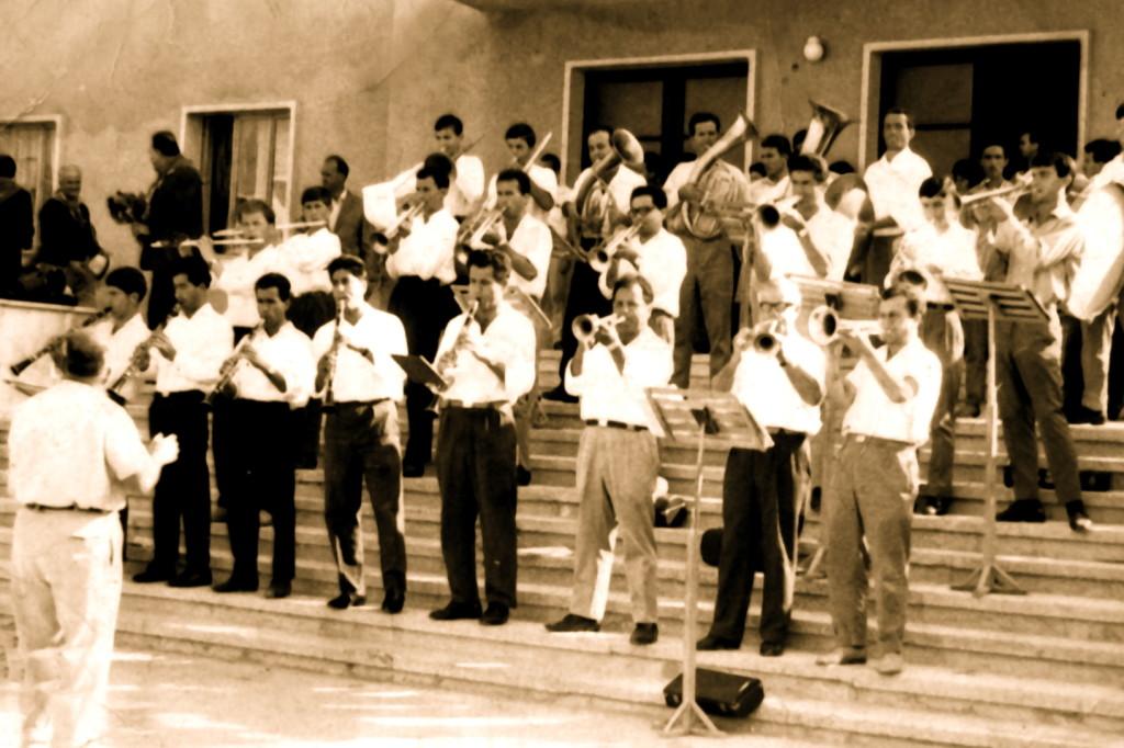 Dirigjenti  Fotaq Filipeu dhe fanfara muzikore nё sheshin e qytetit tё Lushnjes, 1968