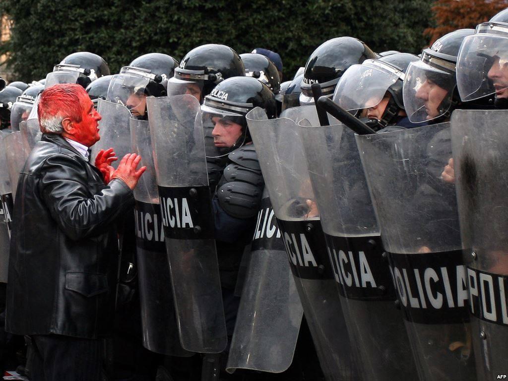 Katrani me boje  dhe Policia e Shtetit