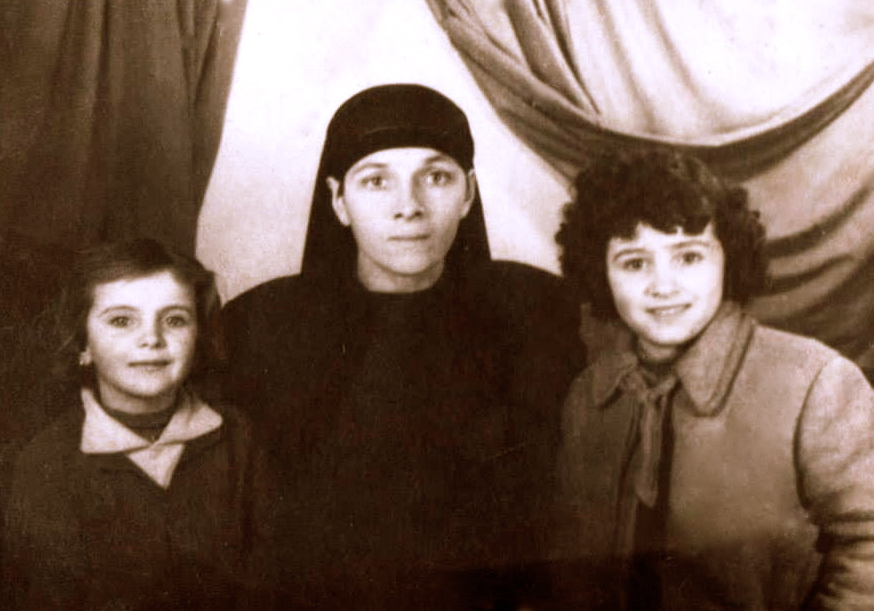 Nëna Rufani Lapardhaja, motra Fatbardha dhe unë, foto për tabelën e nderit të Shkollës, viti 1964.