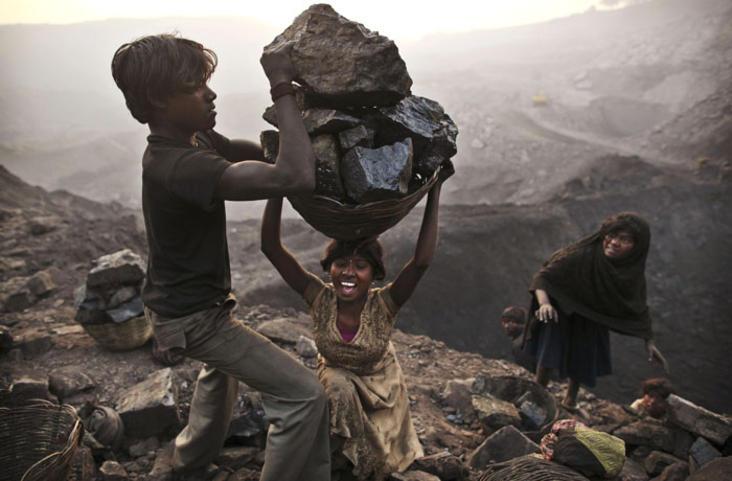 Nji grua e re duke ngarkuar nji cope te madhe qymyri mbi krye