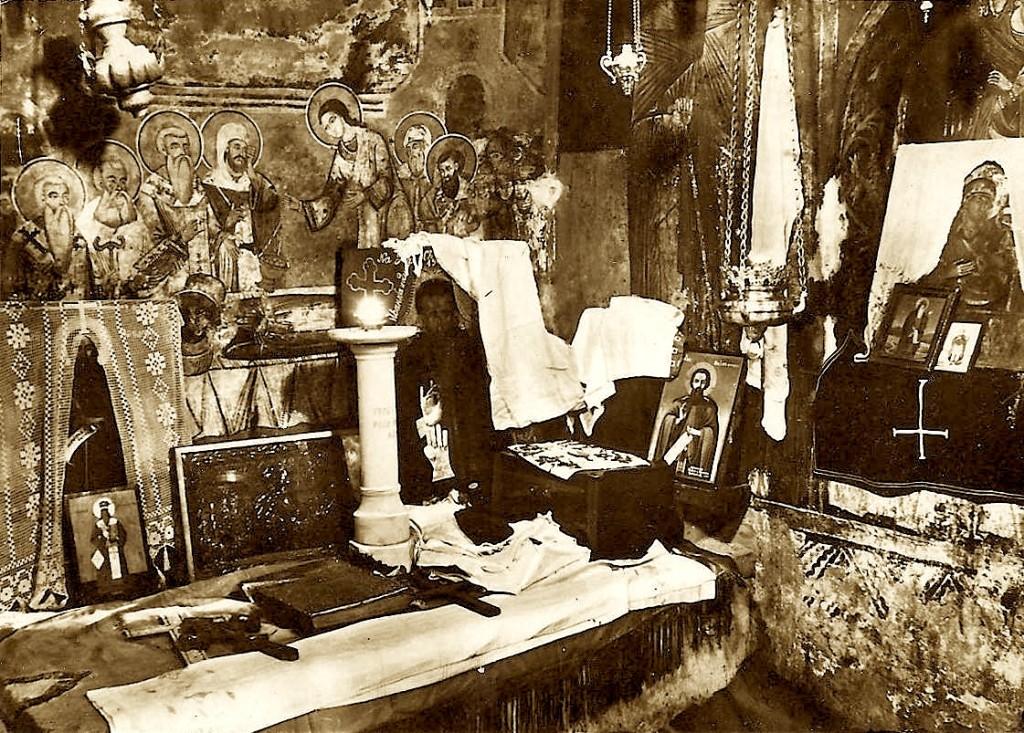 Varri i Shën Naumit brenda në manastir. Ai nuk lejohet për t'u fotografuar, por pamja nuk i ka shpëtuar një fotografi në vitin 1940